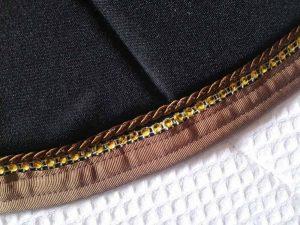 Tapis-de-selle-noir-Vénus-equifil-détails-1