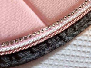 Tapis-de-selle-rose-clair-equifil-détails-1-1
